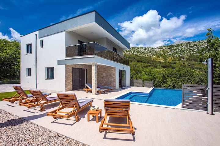 Villa Zora -luxurious villa with heated pool, sauna, 4 bedrooms, 10 persons max