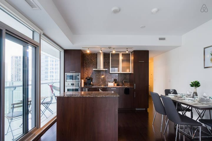 Fabulous Modern Condo near CN Tower and Lake