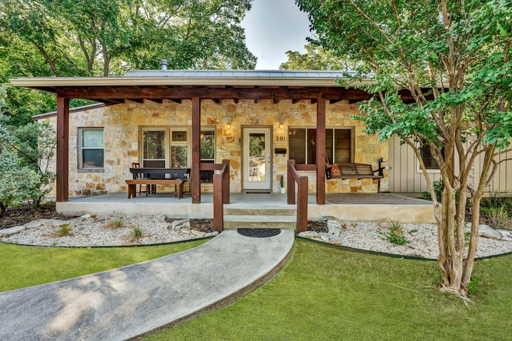 NEW Bungalow with Hot Tub right by downtown!