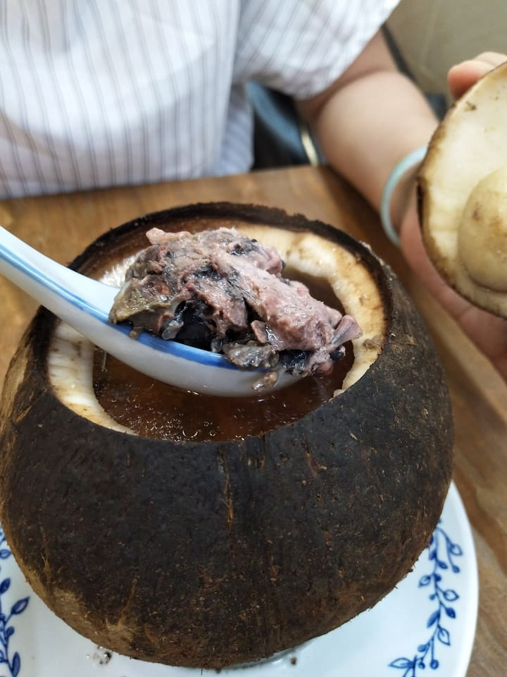 正宗椰子炖竹丝鸡  chicken soup served in a coco