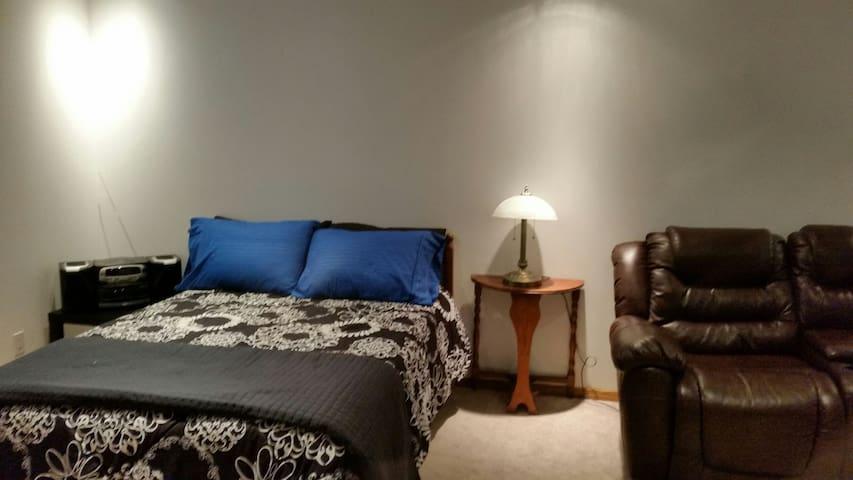 Cozy Bedroom with private bathroom - Calgary - Rumah