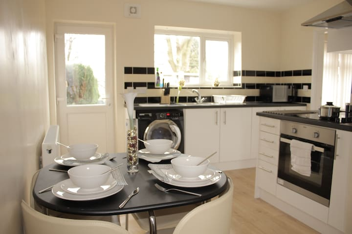 Pond House-Cosy Convenient Sleeps 6 - Wolverhampton - Hus