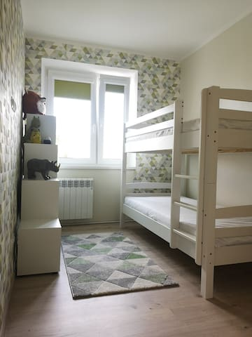 Room with bunk bed/Комната с двухярусной кроватью