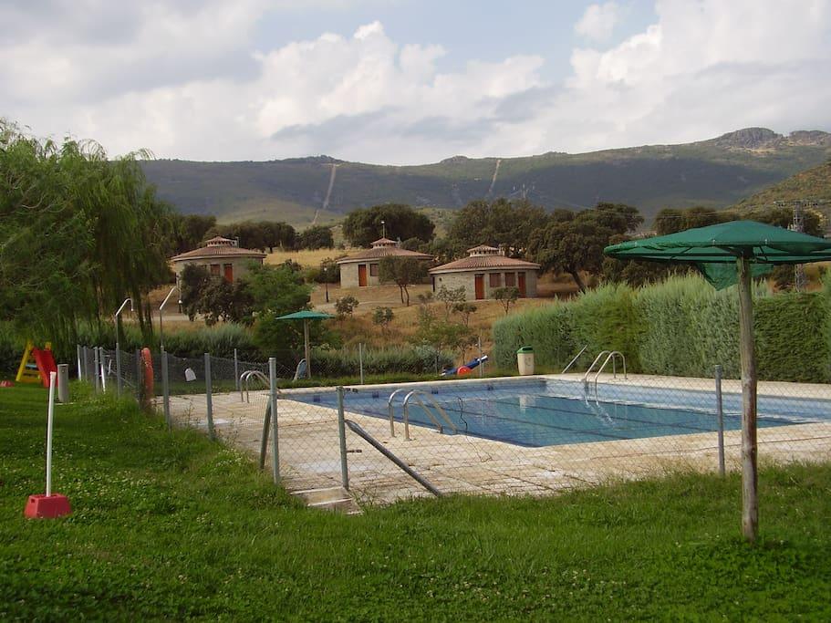 La piscina está anexa a los chozos, aunque su precio no está incluido en la habitación, tiene unas vistas espectaculares para disfrutarlas