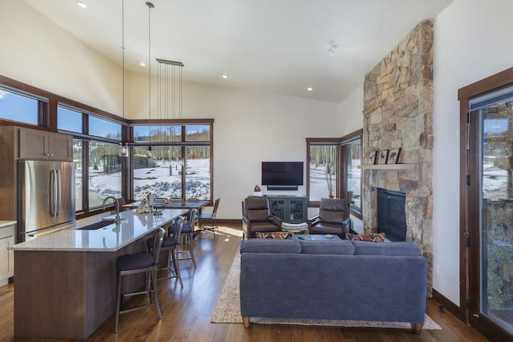 15 W Benjamin Lane, Modern Stand-alone Home
