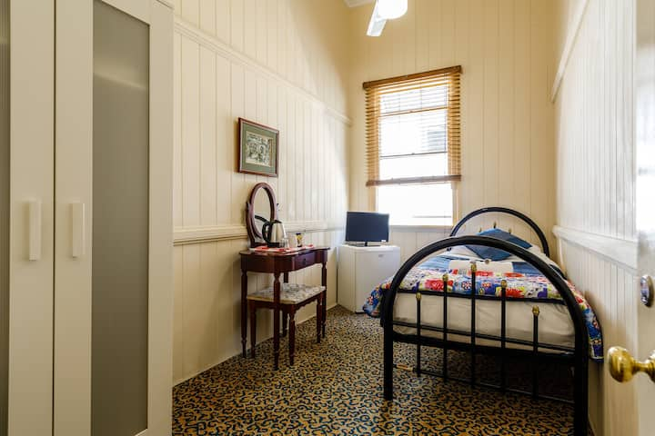 Single Room with Shared Bathroom - beautifully restored old Queensland Guest House