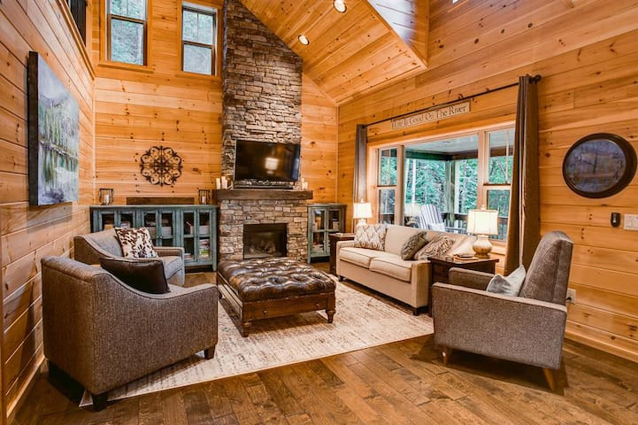 Gorgeous living room with vaulted ceilings