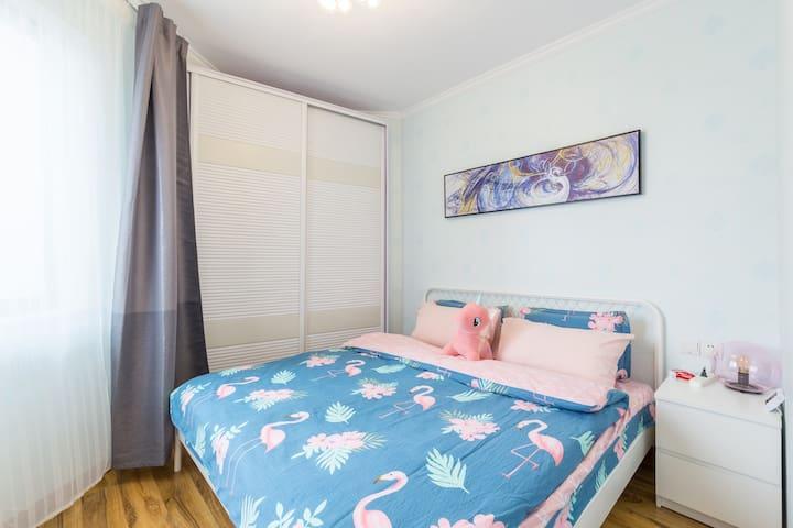 1.8*2.0的超大床、100%一客一换的床上用品,舒服到多位客人问床品品牌