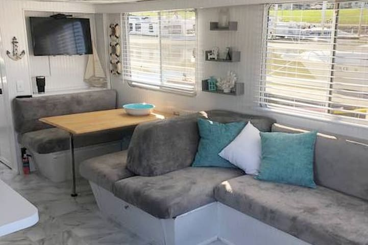 Captains Cove Houseboat with a view of Cincinnati