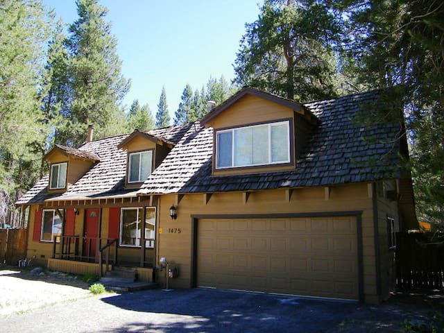 Great Remodeled Cabin with Perfect Access to Beaches and Skiing - City of South Lake Tahoe - House