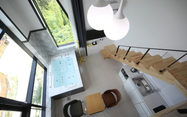 소나무 숲 언덕 위 자연과 스파를 즐길 수 있는 EN로즈401호 객실