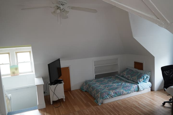 Newly Renovated Studio, Private Bathroom & Kitchen