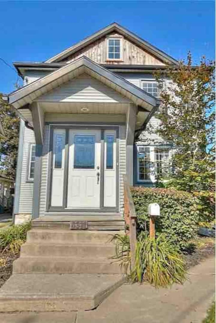 Cozy 4 Bedroom Minutes to the Falls & Clifton Hill