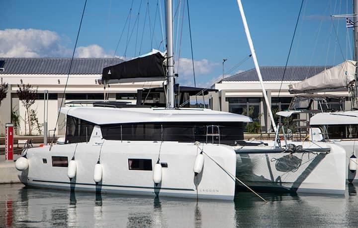 Dioni: Catamaran lagoon 42'( 6.2019)
