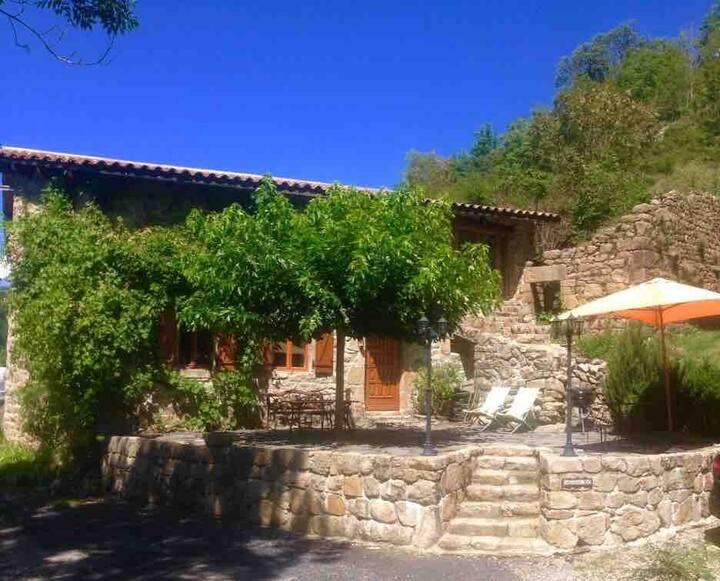 Maison en pierre Ardèche beaux volumes 4 personnes