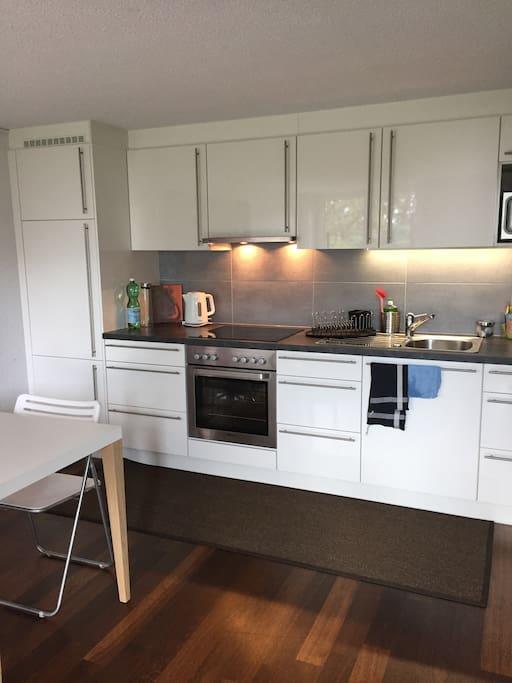 Neue, gut eingerichtete Küche