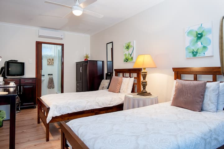 The Brother's Guest House- Oriole Room