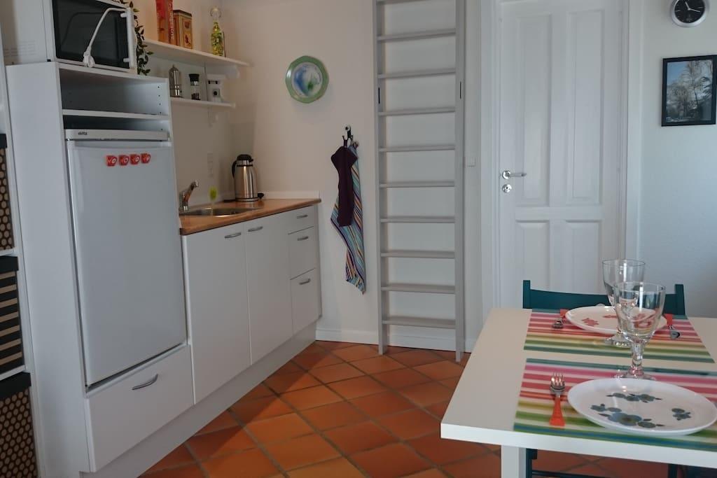 Køleskab og microovn. Der kan ikke laves mad i indendørs køkken, men der er en gasgrill som må benyttes frit.