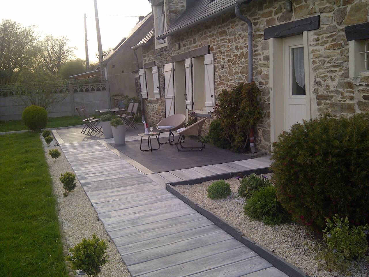 terrasse, exposée plein sud. Mise à disposition d'une table et chaises pour repas à l'extérieur