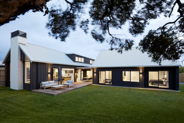 BRAND NEW LARGE MODERN HOME ON TAY STREET