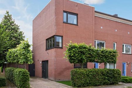 Nice room in oosterhout by friendly people. - Oosterhout - Casa