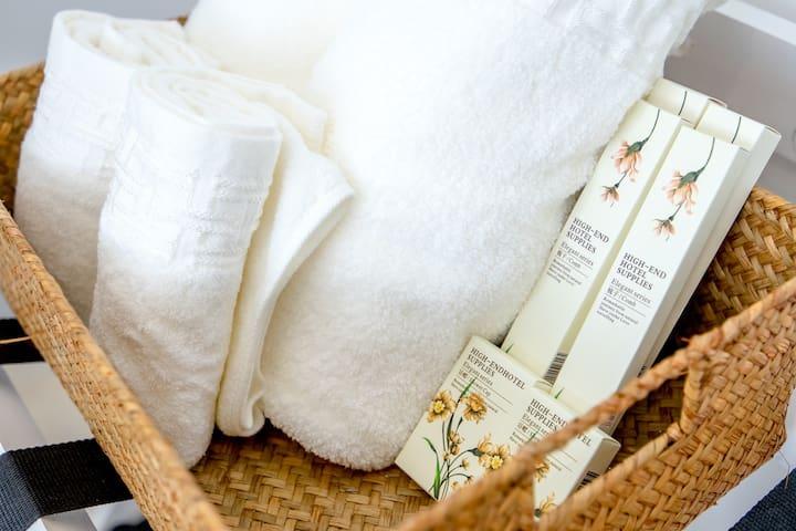毛巾、浴巾是大品牌三利家的,洗漱用品我是试过几个牌子的样品后精心挑选的哦!