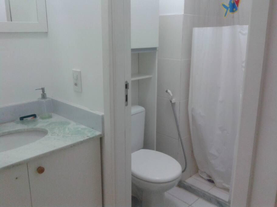 Banheiro e lavabo.