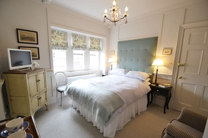 The Panelled Bedroom Double with Private Bathroom - Kirkby Lonsdale - House