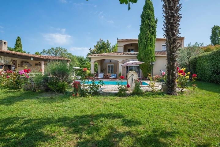 ❤ Three-Bedroom Summer Villa in Provence