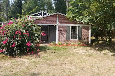 Private Guest Cottage. Near to I-75