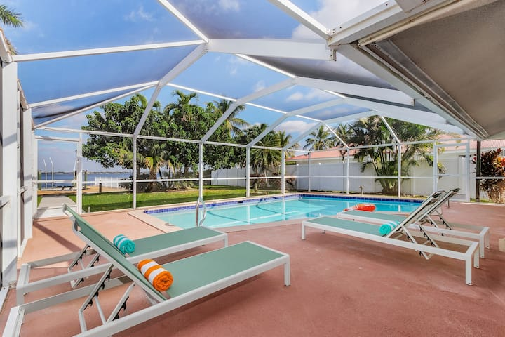 Riverfront getaway! Pool, boat lift & Gulf access