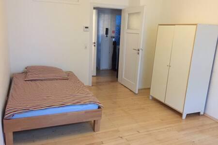 Uninahes Zimmer in Altbauwohnung - Karlsruhe