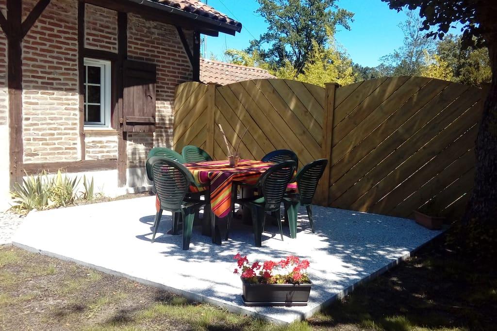 Terrasse cimentée avec palissade pour un jardin plus intime