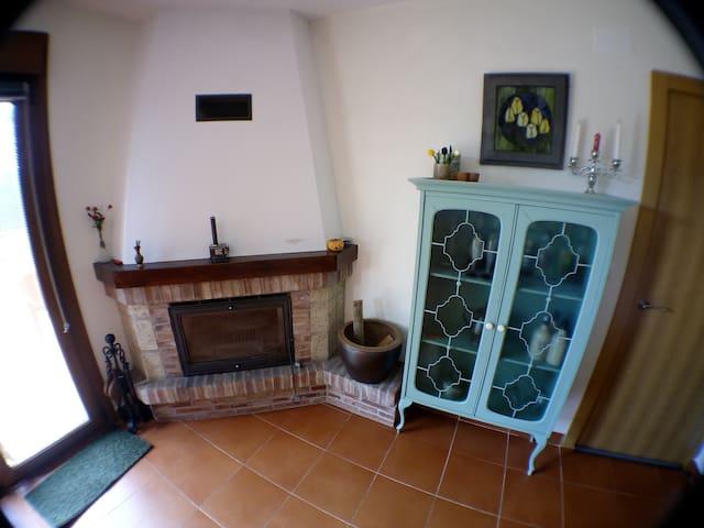 Chalet con chimenea y jardín privado - Leiva