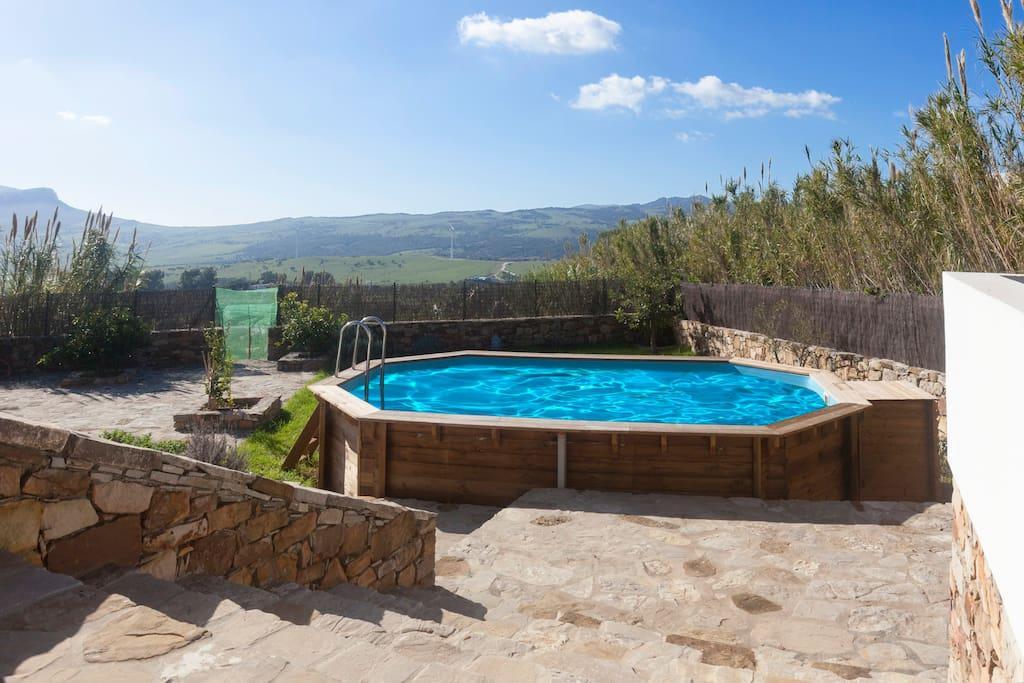 piscina privada al lado del porche  con jardín