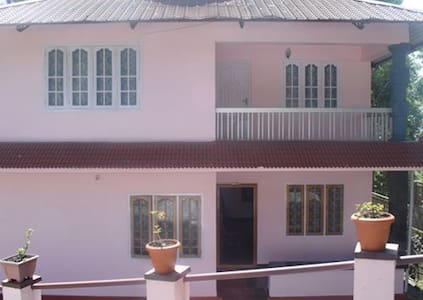 Munnar homestay/free parking/queen bed/kolukumala