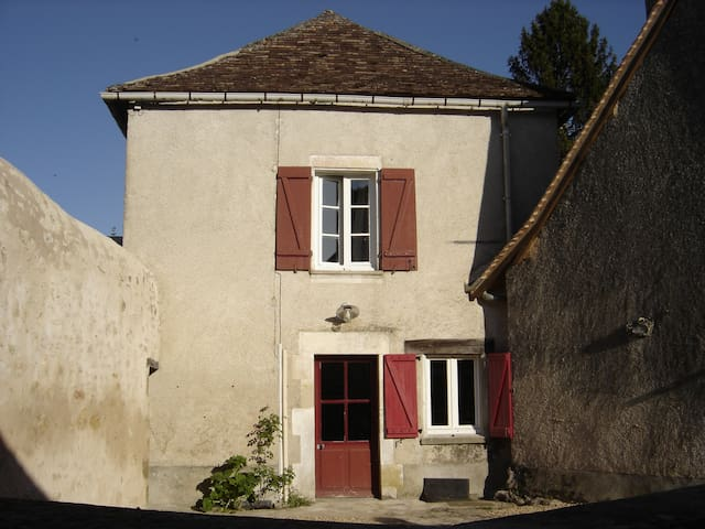 Artist's cottage in Angles-sur-l'Anglin