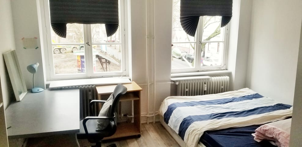 Helles gemütliches Zimmer + eigener Küche, Zentral