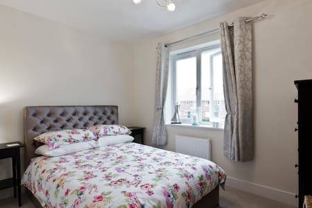 Smart double bedroom with private bathroom near T4 - Staines-upon-Thames - Huis