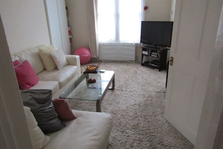 Dbl room in 2 bed flat, West London