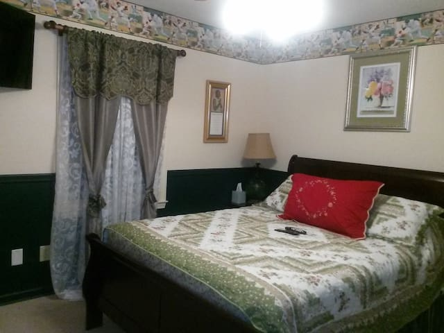 Comfy Bedroom w/ 1 Queen Size Bed & Flat Screen TV - Conyers - Hus