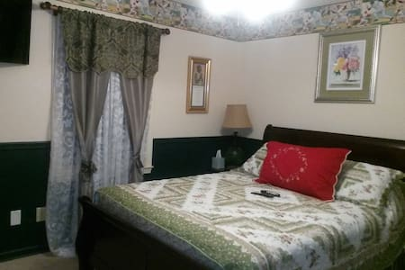 Comfy Bedroom w/ 1 Queen Size Bed & Flat Screen TV - Conyers