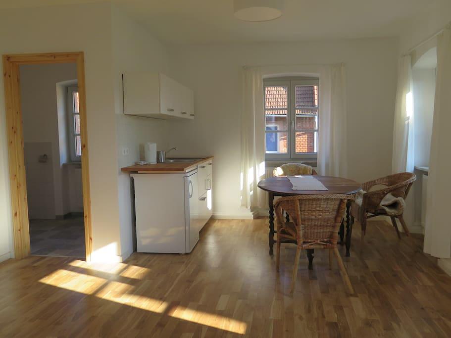 Wohnküche und Zugang zum Badezimmer