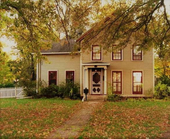 Historical Hovey Home 1/2 mile to ISU.