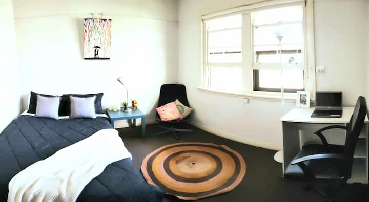 Spacious Art Deco Room in the heart of St Kilda.