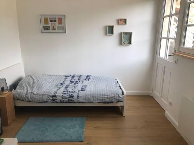 La chambre cour avec deux lits simples