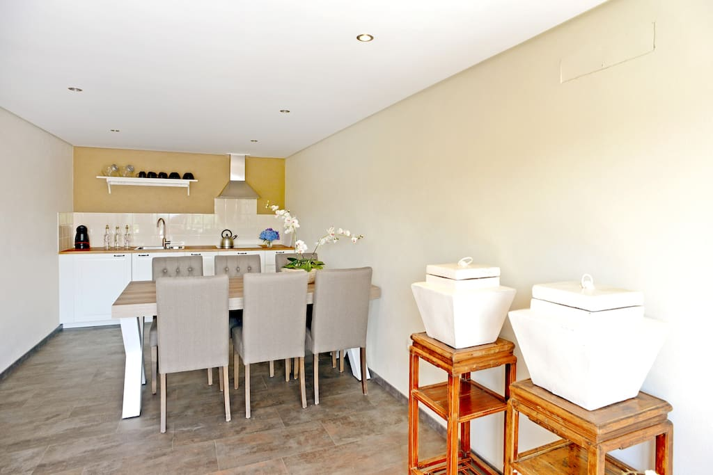 De ruime keuken met alle benodigdheden en 6 pers. eettafel.