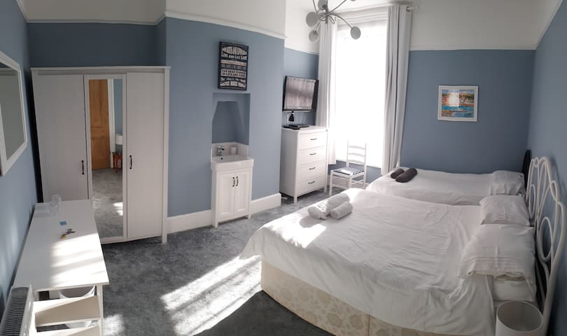 Blue: Bright double room in family home