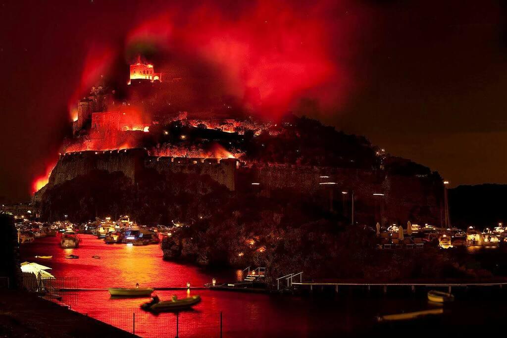 L'incendio del Castello Aragonese durante la festa di Sant'Anna visto da casa.