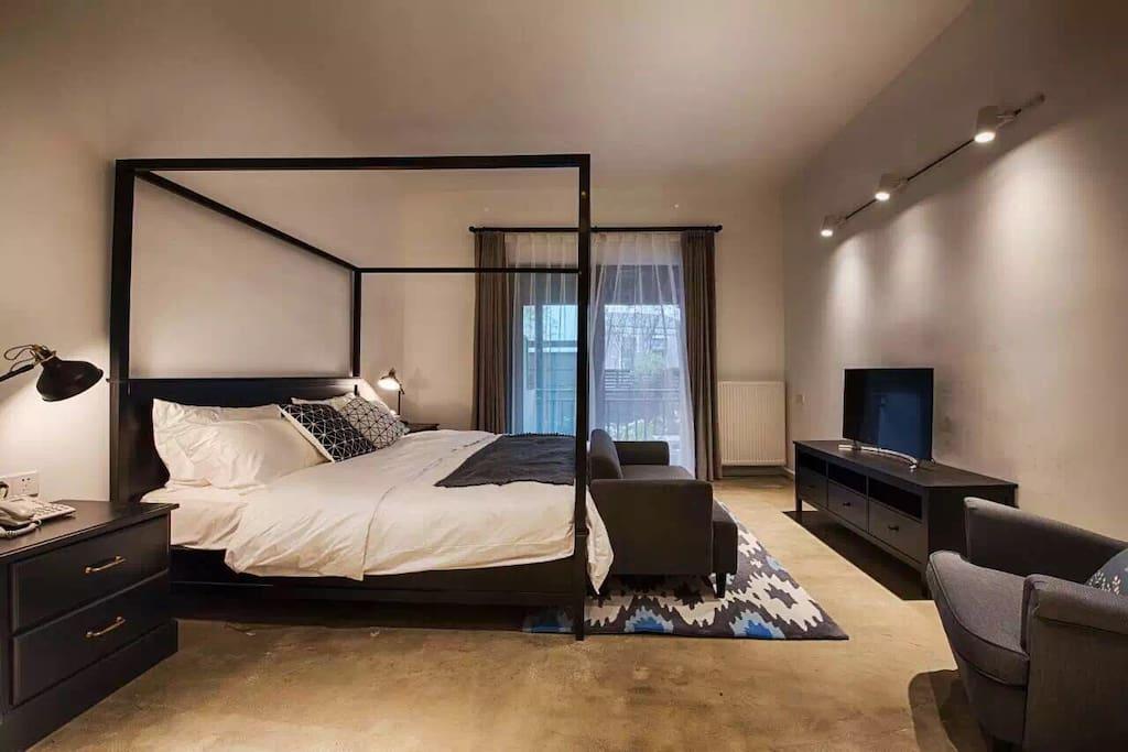 庭院房里有一张很特别的四柱床,是KIKI静心挑选出来的样式